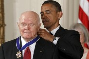 Le président Obama l'a décoré en 2012 de... (AP) - image 3.0