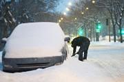 Un homme déneige sa voiture sur le boulevard... (Photo Patrick Sanfaçon, La Presse) - image 3.1