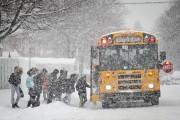 Des élèves embarquent dans l'autobus sous la neige.... (Photo David Boily, La Presse) - image 1.0