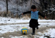 Le maillot bricolé du petit Murtaza Ahmadiavait été... (AFP) - image 2.0