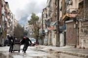 Deux civils s'éloignent d'une colonne de fumée provoquée... (AFP, Karam Al-Masri) - image 2.0