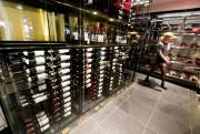 Les bouteilles de vin sont jolimentexposées dans une... (Photo François Roy, La Presse) - image 3.0