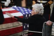 Le veuve de John Gleen, Annie Glenn, se... (Photo John Minchillo, AP) - image 1.0