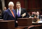 Bill Clinton glissant un bulletin pour son épouse... (AP) - image 2.0