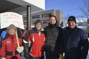 Le député de Lac-Saint-Jean, Alexandre Cloutier, et des... (Photo Le Quotidien, Louis Potvin) - image 4.0
