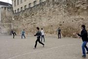 De jeunes sportifs s'amusent près d'une muraille historique.... (Photo Jean-Christophe Laurence, La Presse) - image 3.0