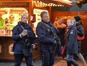 Des policiers lourdement armés patrouillent dans le marché... (photo Martin Meissner, Associated Press) - image 2.0