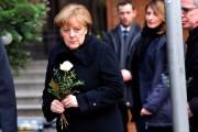 La chancelière allemande Angela Merkel arrive au marché... (photo Maurizio Gambarini, dpa/Associated Press) - image 3.0