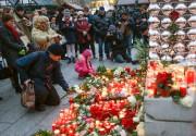 Des Berlinois allument des bougies et déposent des... (photo Hannibal Hanschke, REUTERS) - image 4.0