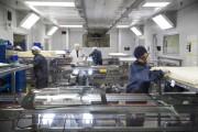 Des ouvriers s'activent à la station de lamination... - image 3.0