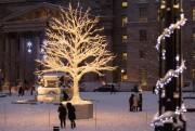 «Le Vieux-Montréal est magique en décembre», observe René... (PHOTO SIMON GIROUX, LA PRESSE) - image 2.0