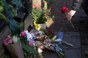 Des gens déposent des roses en mémoire de... (AFP) - image 3.0