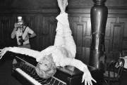Debbie Reynolds pose sur un piano dans un... (Archives AP, Marty Lederhandler) - image 1.1