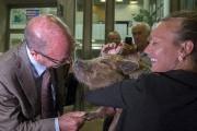 Le maire de Trois-Rivières, Yves Lévesque, et microcochon... (Stéphane Lessard) - image 5.0