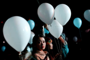 À Tokyo, des ballons ont été lâchés par... (AFP) - image 2.0