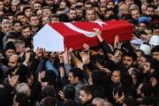 Des personnes transportent le cercueil d'un jeune homme,... (BULENT KILIC, AFP) - image 1.0