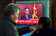 Des Sud-Coréens regardent l'homme fort de la Corée... (AFP, Jung Yeon-Je) - image 3.0