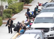 Des voyageurs en fuite se sont placés à... (Associated Press) - image 1.0