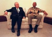 Avec Nelson Mandela, en novembre 1997... (AFP) - image 2.0