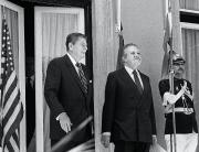 Avec Ronald Reagan, en mai 1985... (AFP) - image 3.0