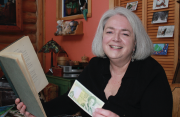 Cynthia Dow consulte son glossaire de la langue... (Photo collaboration spéciale Gilles Gagné) - image 2.0