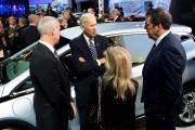 Le vice-président des États-Unis, Joe Biden, discute avec... - image 3.0