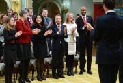 Le premier ministre Justin Trudeau, à droite, fait... (La Presse canadienne) - image 1.0