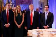 Le président désigné accompagné de ses enfants. De... (REUTERS) - image 2.0