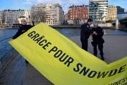 Des policiers ont décroché la bannière réclamait une... (PHOTO Eric FEFERBERG, AFP) - image 1.0