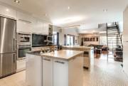 Placée au centre de l'appartement, la cuisine donne... (Photo fournie par Sotheby's Realty International Québec) - image 3.0
