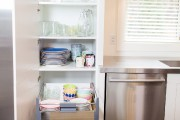 Le lave-vaisselle se trouve tout contre l'armoire renfermant... (Photo Olivier Pontbriand, La Presse) - image 3.0