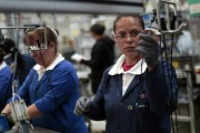 Des travailleurs à l'oueuvre à l'usine de composantes... - image 8.0
