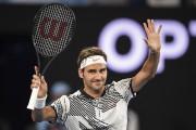 Roger Federer salue la foule après vaincu l'Autrichien... (AFP, Peter Parks) - image 3.0