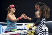 Serena Williams (à droite) a disposé de Belinda... (AP, Andy Brownbill) - image 5.0
