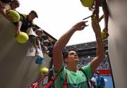 Milos Raonic signe des autographes après avoir disposé... (AFP, Peter Parks) - image 3.0