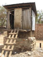 Les latrines d'un bidonville de Kampala, en Ouganda,... (Susana Secretariat, tirée de Wikimedia Commons) - image 4.0