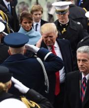 Le président Trump salue les militaires alors qu'il... (PHOTO SAUL LOEB, AFP) - image 3.0