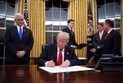Le président Trump s'est rapidement mis au travail... (AFP, Jim Watson) - image 1.0