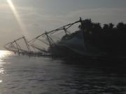 Sous le soleil couchant de Cochin, les filets... (Pierre Jury, Le Droit) - image 5.0