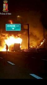 L'autocar a pris feu après un contact contre... (Police d'Italie via AP) - image 1.0