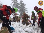 Les équipes de recherches travaillent sans relâche depuis... (Corpo Nazionale Soccorso Alpino e Speleologico/The National Alpine Cliff and Cave Rescue Corps (CNSAS) via AP) - image 3.0