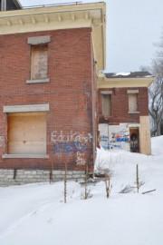 Malgré des fenêtres placardées, les squatteurs parviennent à... - image 2.0