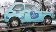 La petite Fiat 126 polski offerte à Tom... (AP, Michal Kosc) - image 2.0