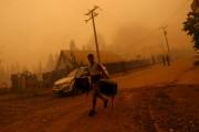 La violence des incendies force plusieurs personnes à... (AFP, Pablo Vera Lisperguer) - image 3.0