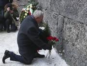 Un survivant de l'Holocauste dépose des fleurs à... (AP, Czarek Sokolowski) - image 3.0