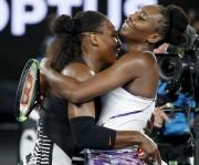 Serena et Venus Williams se sont enlacées après... (AP, Dita Alangkara) - image 4.0