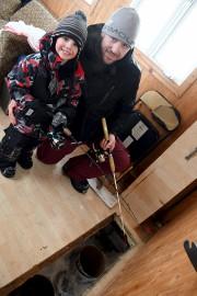 Le petit Zachary, quatre ans, et son père... (Le Quotidien, Rocket Lavoie) - image 3.0