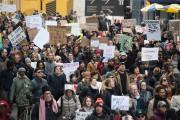 Des amnifestants anti-Trump se sont rassemblés dimanche dans... (AFP) - image 2.0