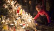 Une jeune fille dépose une chandelle durant la... (La Presse canadienne, Paul Chiasson) - image 2.0
