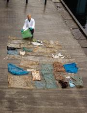 Un scientifique étend les sacs de plastique trouvés... (PHOTO AP/FOURNIE PAR L'UNIVERSITÉ DE BERGEN) - image 1.0
